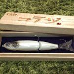 KAESU「コテツ」、まるで伝統工芸品。品薄状態が続く、背針ハードベイトとは